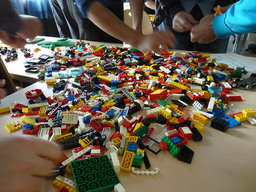Table full of Lego (image by Ralf)